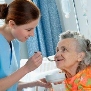 ویژگی پرستار سالمند در منزل